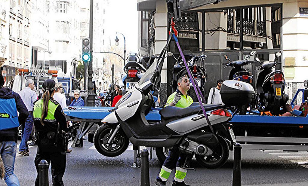 La policía multa las motos en Madrid, y nadie sabe por qué.