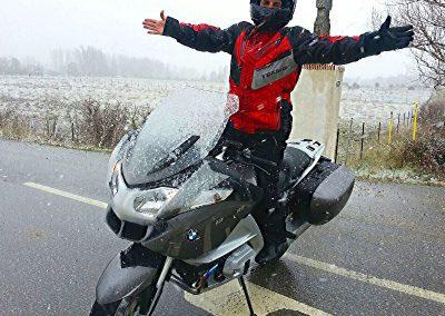 Montando en moto con nieve