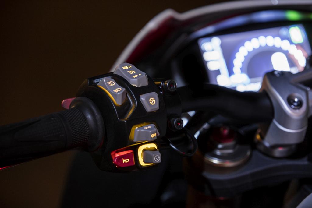Triumph Speed Triple S y RS 2018 MotorADN (36)